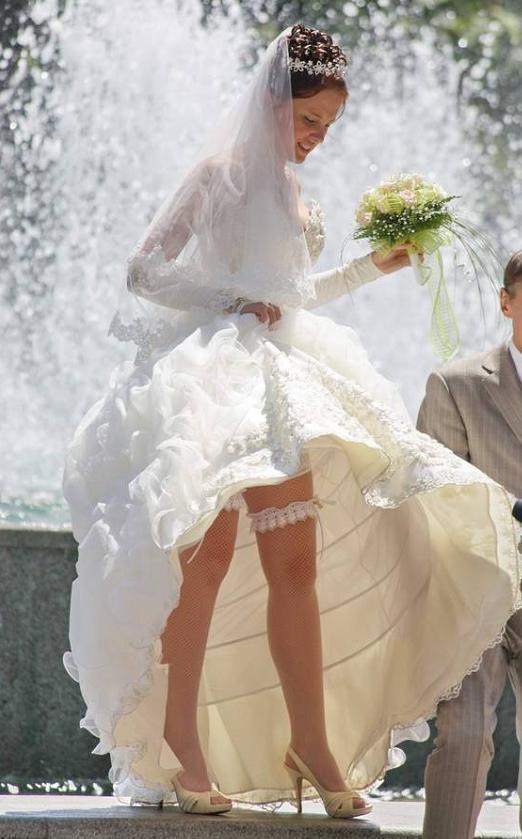 фото невест с задранным платьем материалы гей