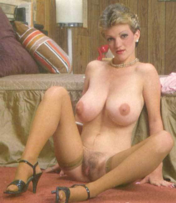 Big tit brunet gives head