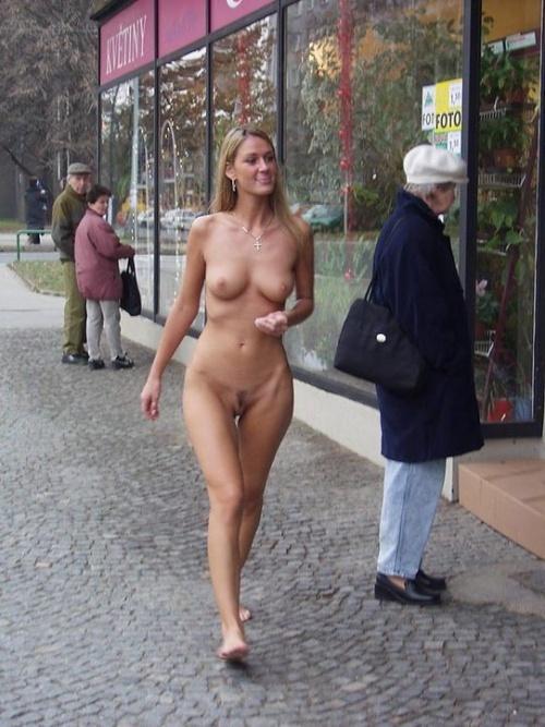 эротика голые на улице фото