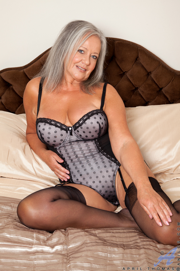 Mom Lingerie Loving Milf Shows How Sexy the Older Woman