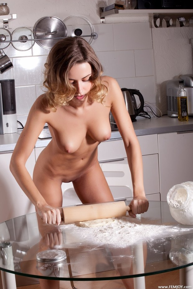 эро фото девушки на кухне фото